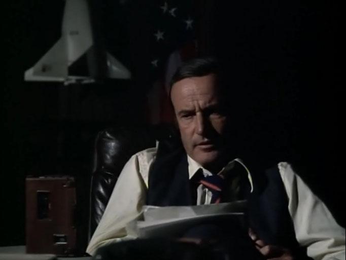 Richard Anderson als Oscar Goldman erinnert in der ersten Folge zu Die sieben Millionen Dollar Frau an die vorangegangen Geschehnisse, die ein Jahr zuvor in Der sechs Millionen Dollar Mann gezeigt wurden