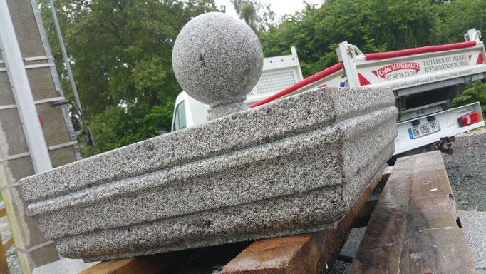 chapeau de pilier avec boule granit gris
