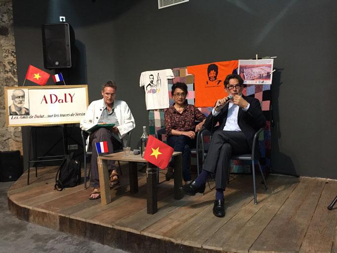 Jacques Touchon et Pierre Legendarme autour d'Anna lors de la conférence
