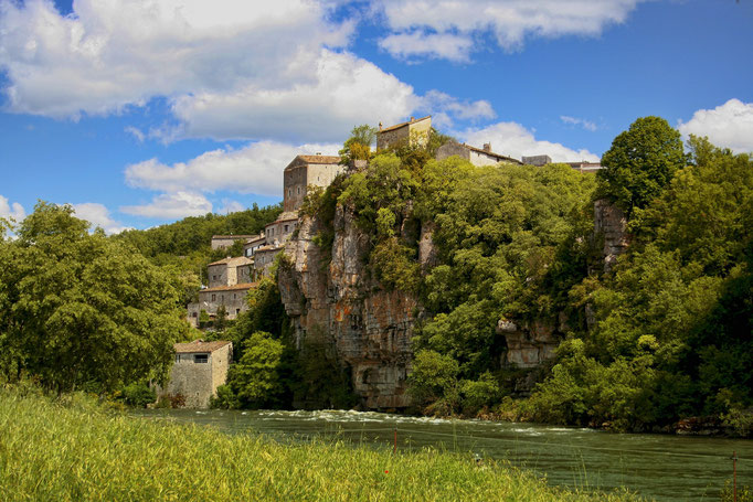 Balazuc, eins der schönsten Dörfer Frankreichs - Ardèche und Häuser an Felswand, Wald