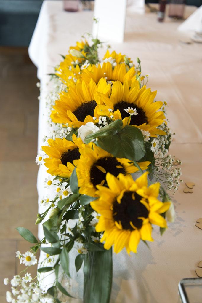 Blumenschmuck wurde von Victoria Nanasch von Blütensti(e)l gezaubert