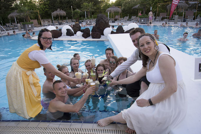 Anstoßen nach dem Fest - Anstoßen auf die (Pool)Party - da musste selbst ich ins Wasser!