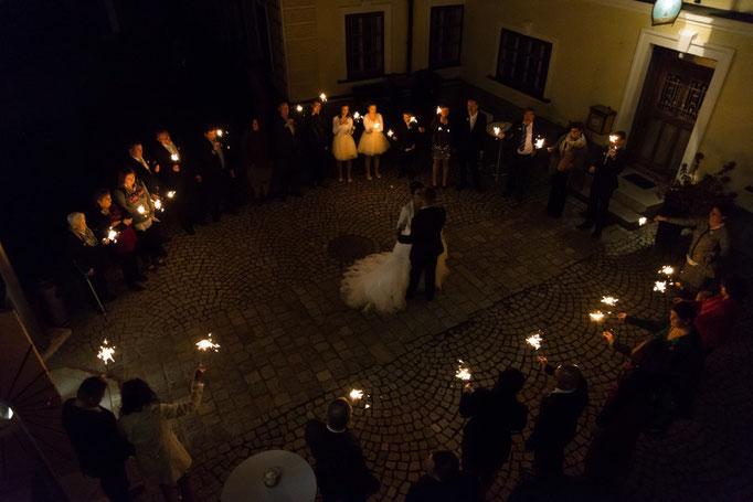 Romantischer Eröffnungstanz im Freien - mit Spritzkerzen war dieser ein echtes Highlight!