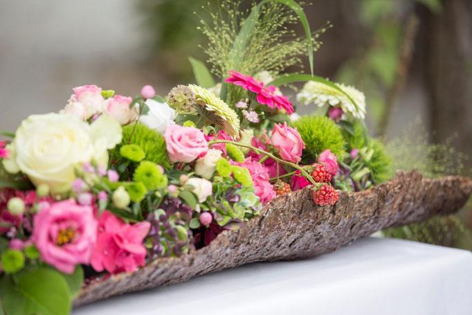 Große Rindenteile wurden von Floristin Anna Pichler traumhaft gefüllt