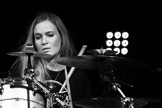 Foto Uli Gilles Anika Nilles drums Kamera: FUJI XT3