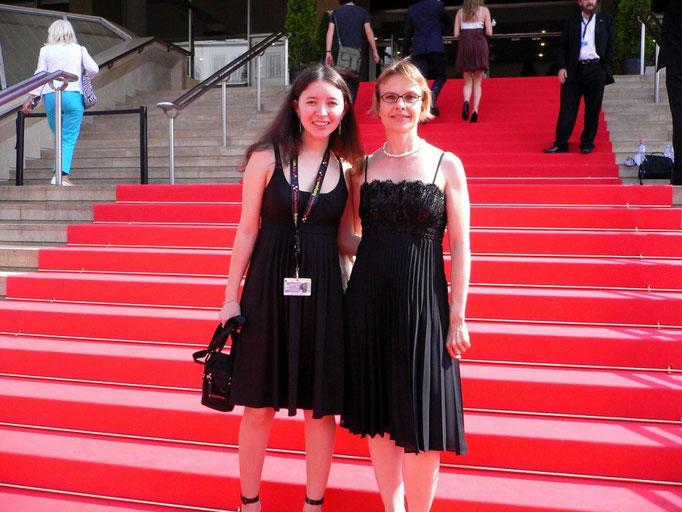 Samal Yeslyamova (Hauptdarstellerin) und Susann Wach (Multimedia Photoscene AG) auf dem roten Teppich.