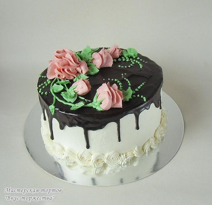Торт украшен кремом и шоколадной глазурью