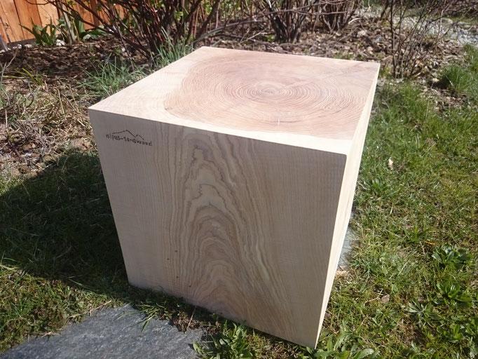 hohler Sitzwürfel aus Esche, Oberfläche fein geschliffen und weißlich geölt