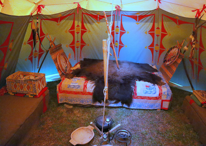 Doppelschlafstelle mit Backrast im Blutmond-Büffeltipi