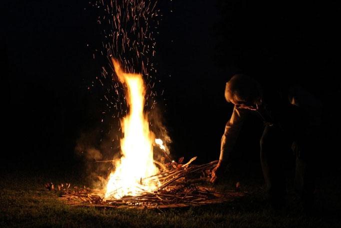 giugno: preparazione del fuoco per il corso di yoga
