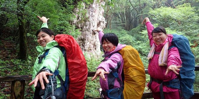 縄文杉の前で記念写真