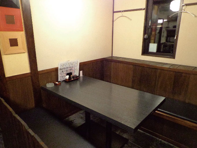 常連のオジサマに人気席。テーブル席で腰が楽チン。