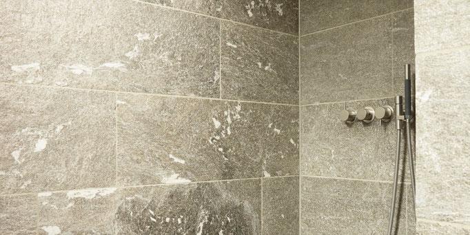 Fliesenlegerfachbetrieb Fliesenfachgeschäft Matthias Raisch Referenzen: Natursteinplatten in der Dusche.