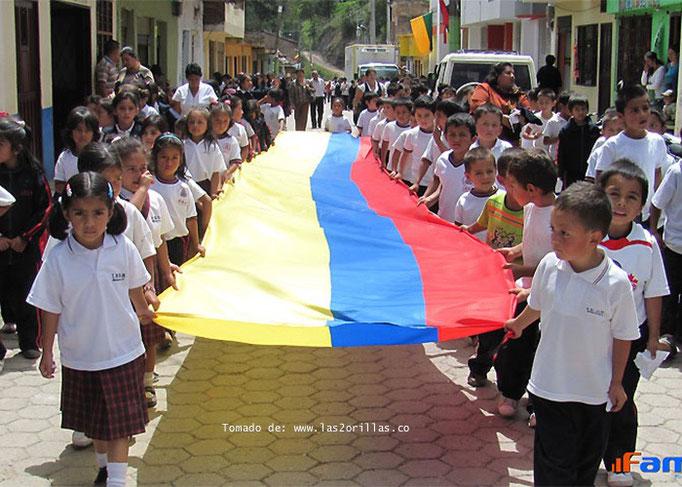 Niños que salen a marchar por el derecho a la educación gratuita
