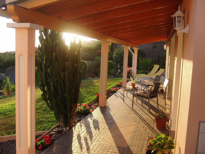 Terrasse mit Blick auf den Atlantik und Garten.