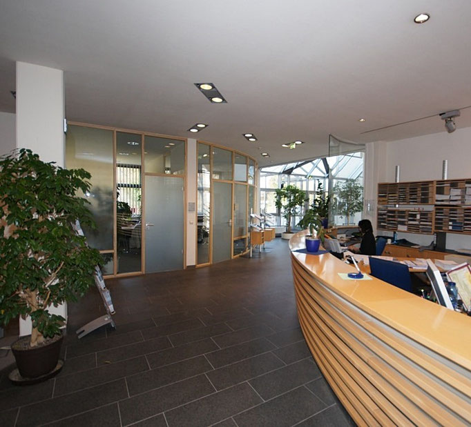 IHK in Weingarten kompletter Ausbau – geschwungener Empfangstresen