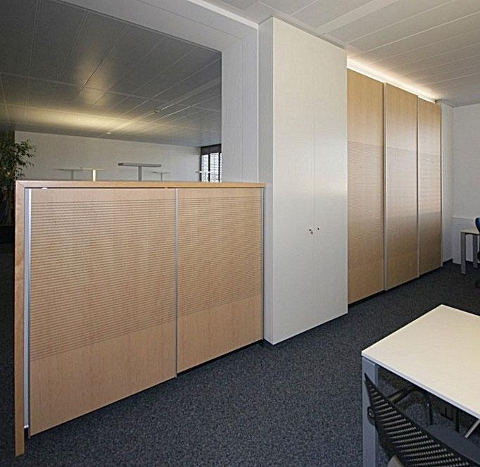 Büroausbau Akustik-Schiebetüren in Ahorn furniert