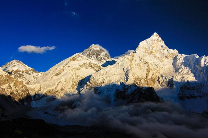 Mt. Everest (Mitte) und Nuptse (rechts)