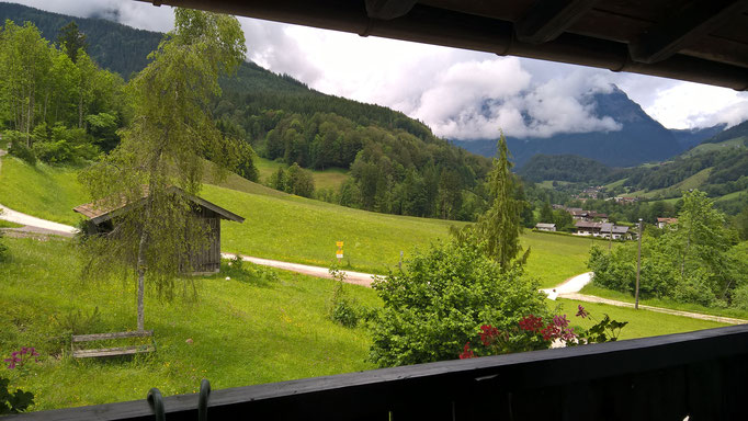 Auf dem Balkon gibt es einen kleinen Tisch mit Stühlen, ein herrlicher Ort zum Frühstücken, Lesen und am Abend auf a Glaser Wein oder a Bierchen ;-)