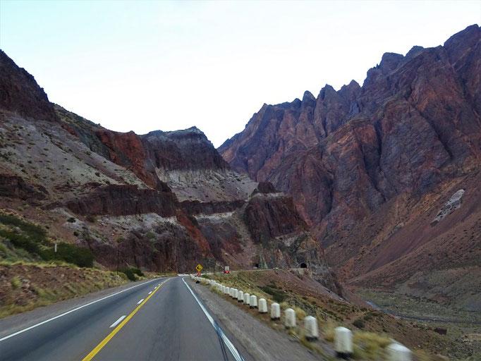Auf der argentinischen Seite geht es runter nach Uspallata-Mendoza