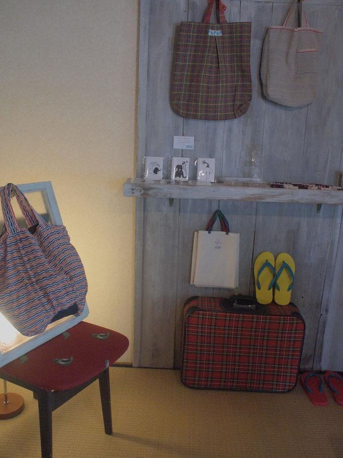 世界のいろんな町で見つけた布で作った、Kimaのバッグ。持つと楽しくなるような、そんなバッグを作っています。