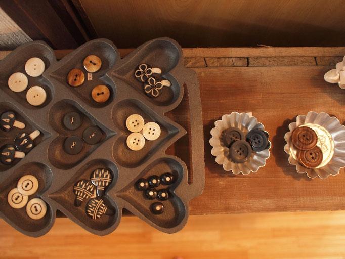 ネパールのボタン。水牛の角や骨からできており、コットンやリネンなどの自然素材にしっくりくる色合い、そして風合いです。