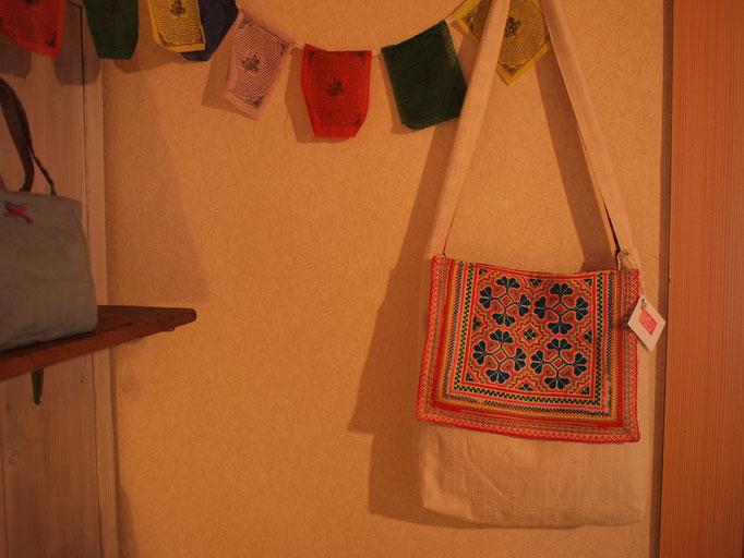 タイ、モン族の民族衣装で使われていた刺繍をふたにしました。内側は、ビルマのしましま生地です。