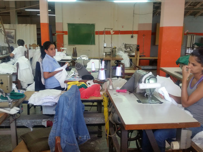 Couturières dans l'usine de la rue principale