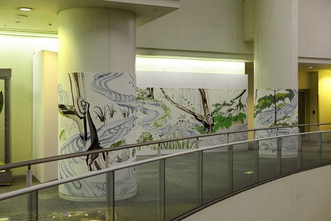 記憶の森をあるく/壁面2050×10885mm,柱部分2050×4265mm/綿布にアクリル絵具/2015/撮影:怡土鉄夫
