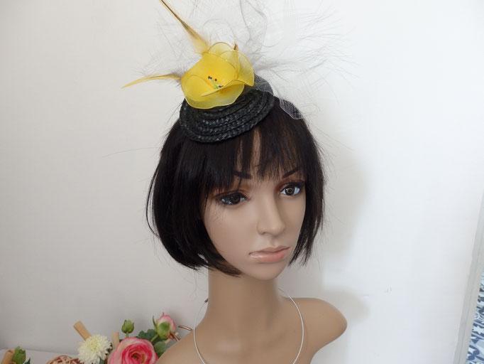 Bibi fleur jaune et plume sur paille noir AB15
