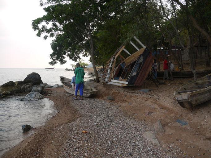 Das Boot der Gesundheitsstation wird repariert