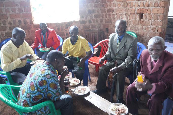 Nach dem Gottesdienst essen alle in der Kirche. Der zweite Mann von rechts ist der Vater vom Bishoff Makaya, der sogar in Mlangala geboren wurde.