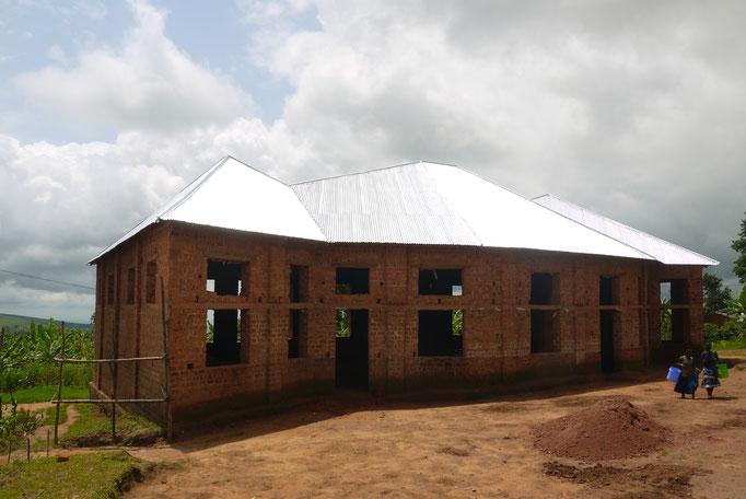 Die neue Kirche in Mlangala ist vom Bishoff Sadock Makaya als neuer Sprengel für die Region eingeweiht worden und hat einen neuen Pastor bekommen.
