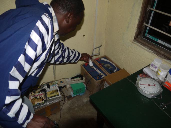 Auch die Solaranlage in Bugamba hat eine weitere Batterie erhalten und kann nun alle Räume mit Licht versehen.