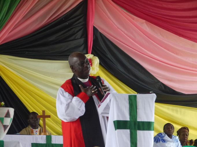 Bishoff Sadock Makaya ist ein glänzender Redner. Er kann die Leute mitreißen und liebt seine Gemeinden, das merkt man.