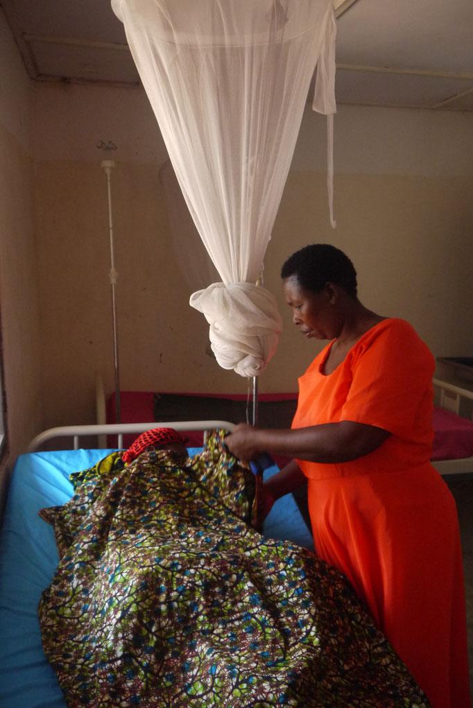 eine schwangere Frau mit Malaria bekommt eine Infusion