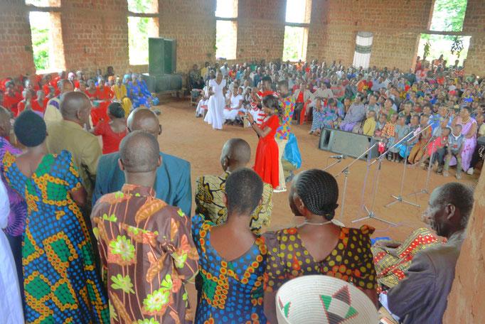 Die Ältesten der Gemeinde willkommen ihren ersten neuen Pastor und erhalten einen feierlichen Segen vom Bishoff.