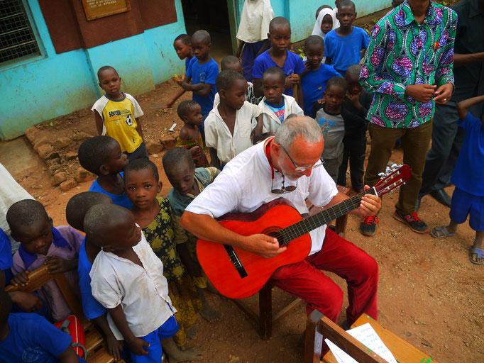 musikalischer Gruß aus Deutschland für die Grundschüler in Bugamba