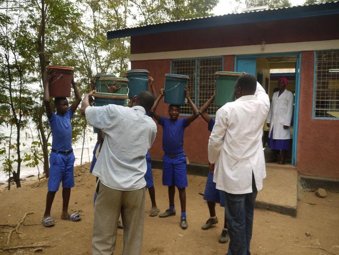 Wasserfilter werden von Schülern zu den Schulen gebracht