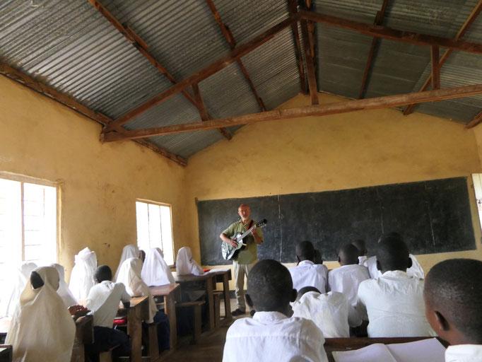Die Gesundheitsarbeit findet mit kleinen Schulungen auch in der Schule statt.