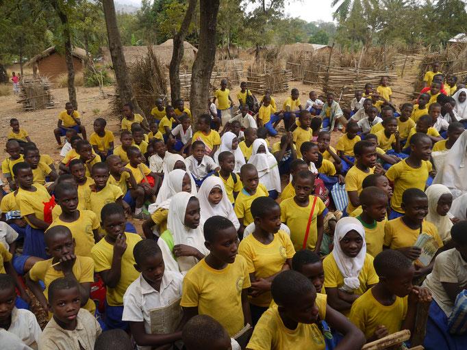 Schüler erhalten sauberes Wasser vom Wasserfilter