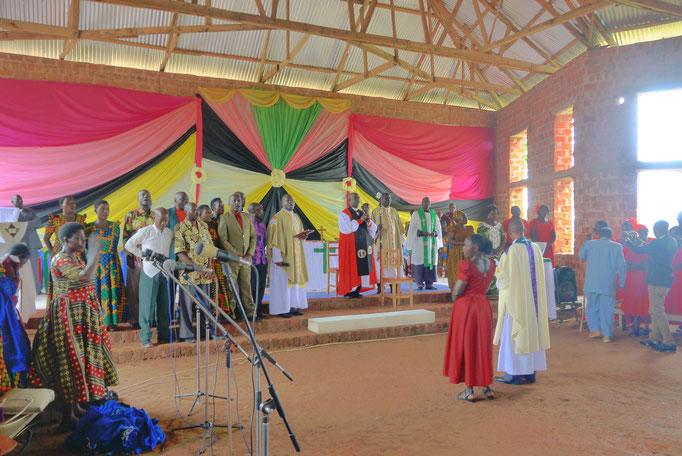 Der dreistündige Gottesdienst war sehr feierlich und persönlich. Besonders die Arbeit der Gemeinde wurde sehr gewürdigt.