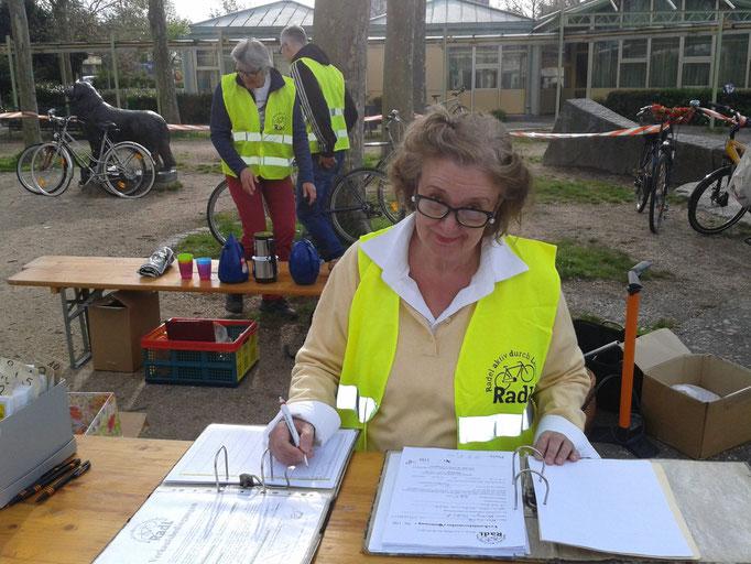 Gudrun Sach legt die Grundlagen für einen erfolgreichen Vormittag - oder sind's die Abi-Arbeiten?