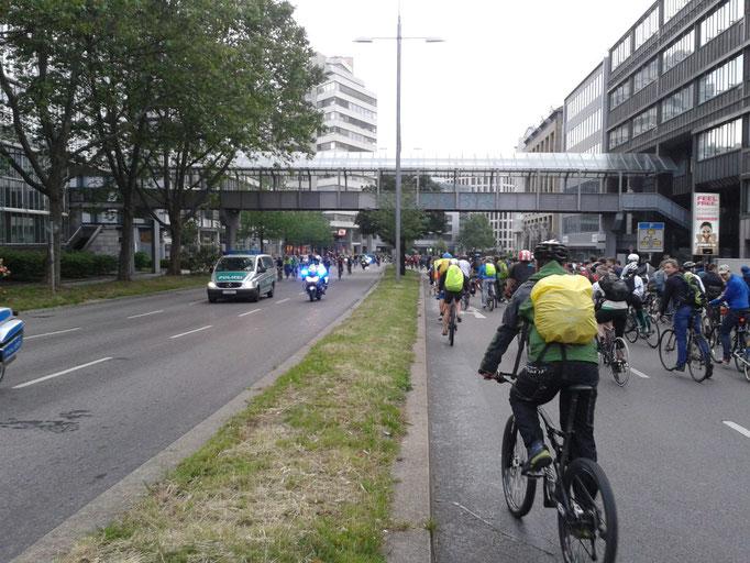 03.06.16 Die Polizei steuert der Partymeile entgegen