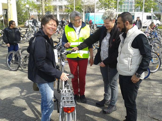 der AK Asyl: Patin mit einem Mann, der ein Rad für den Weg zur Arbeit braucht