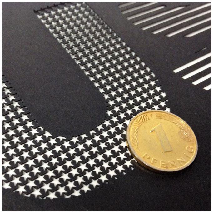 Filigrane Papierstanzungen für eine Einladung . Material: Tonpapier schwarz 300gsm