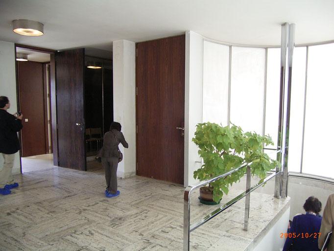 玄関ホール、右側階段