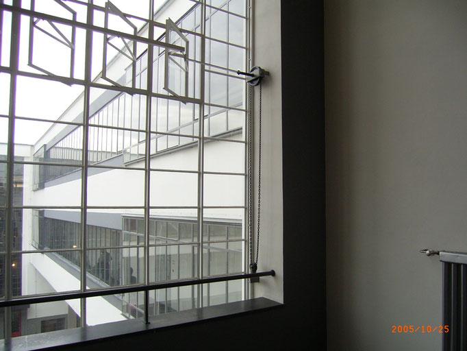 階段室窓から事務管理棟を見る