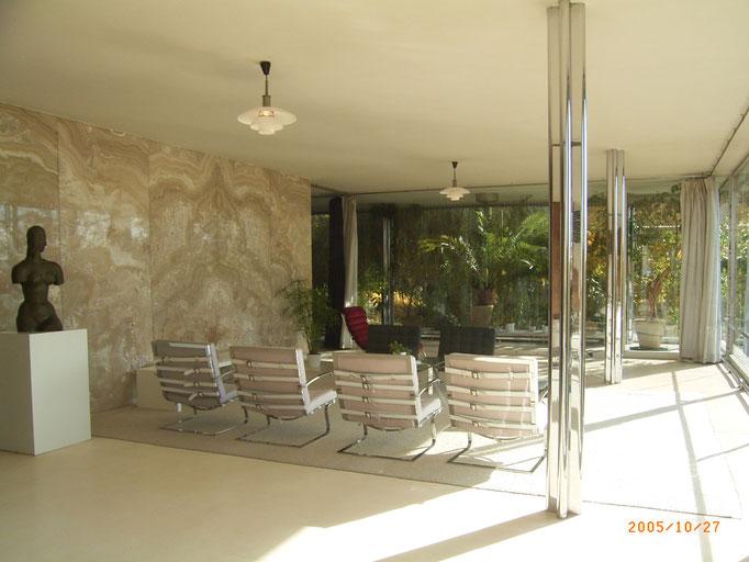 居間スペース。左側は瑪瑙石板