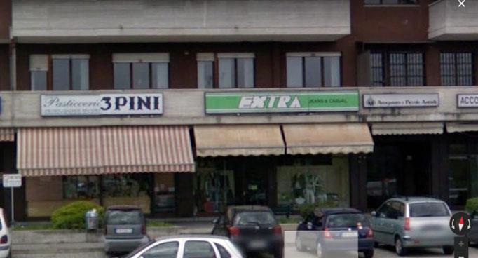 Le insegne del negozio di Peschiera dal 1995 al 2015